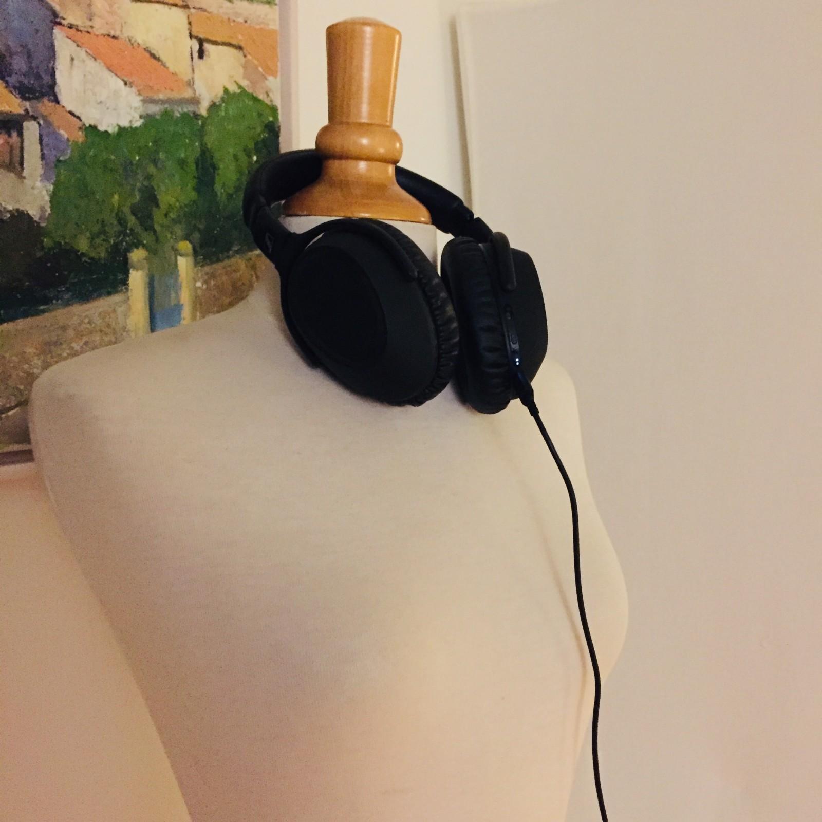 Schneiderpuppe mit Kopfhörern