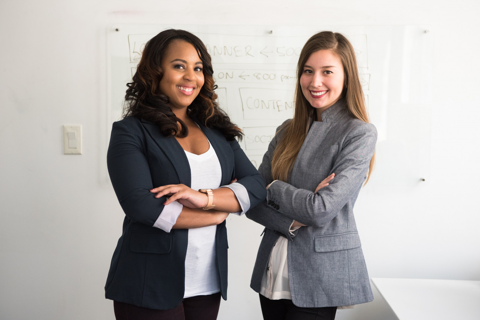 2 Damen im Businessanzug